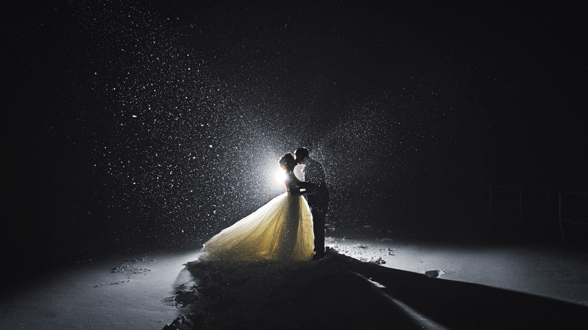 Destination Wedding Photographer | SlLIVER Photography | Couple Kissing in Snow